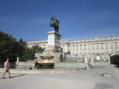 王宮とフェリペ4世の騎馬像(マドリッド) 2012.6.1 by Poran111
