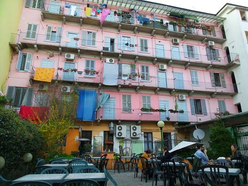 I colori del cortile di Fritzi e Lazzi by Ylbert Durishti