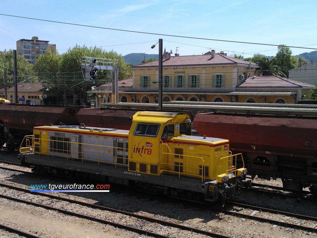 Une locomotive thermique BB 69000 aux couleurs de l'INFRA SNCF