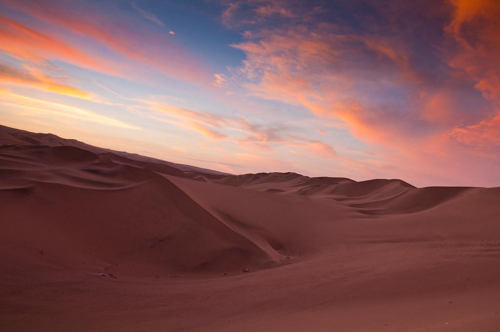 夕暮れ時のワカチナの砂漠の風景