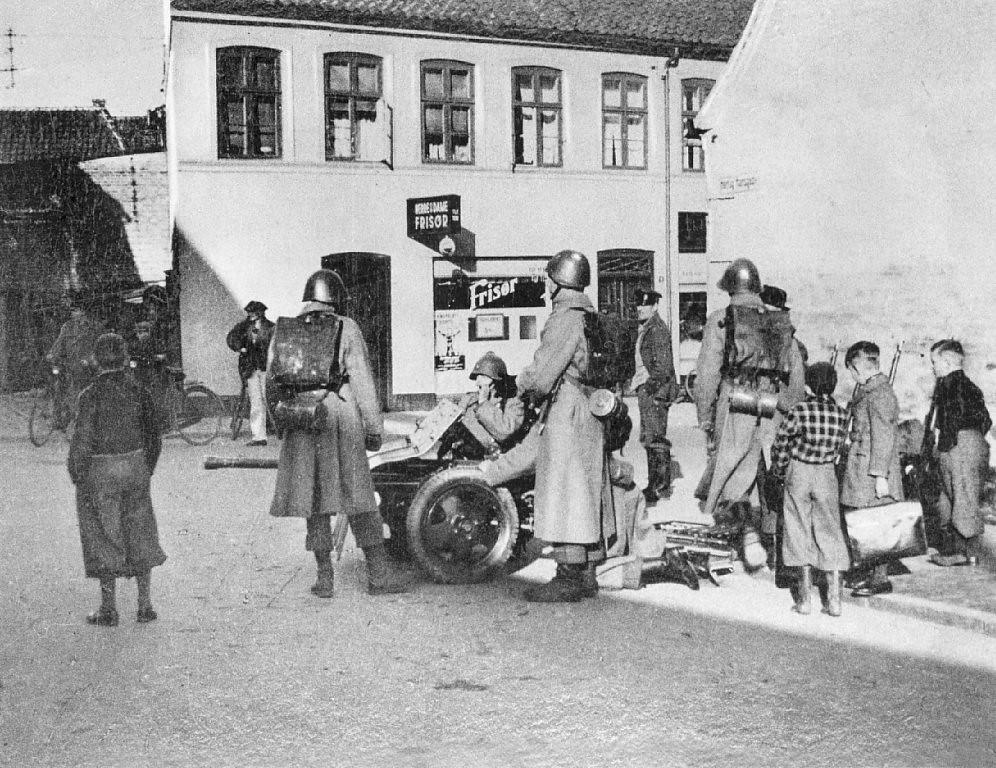 Danske soldater med fodfolkskanon foran Hertug Hansgades Hospital i Haderslev den 9. april 1940 ...
