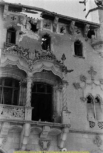 Granollers, octubre de 1934 (Barcelona) impactos de la artillería sobre la fachada del edificio del Ayuntamiento. by Octavi Centelles