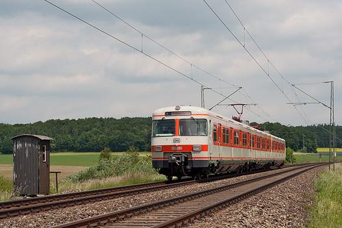 Der Olympiatriebwagen 420 001 fährt am Samstag auf einer Sonderfahrt rund um München