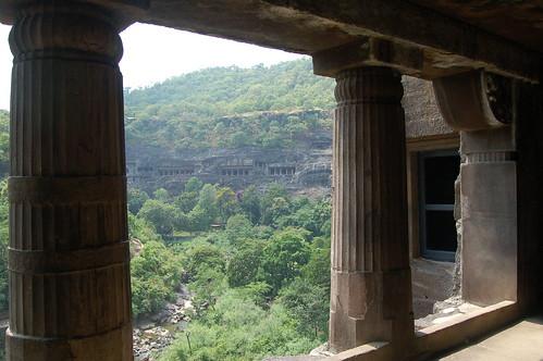 Von einer Galerie eines Tempels gibt es eine herrliche Aussicht über die Schlucht von Ajanta