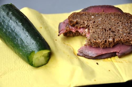 Agurk og rugbrød med roastbeef
