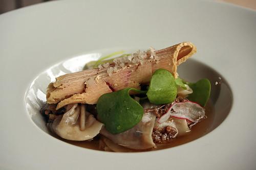 Ravioles de joues de Bœuf au foie gras, bouillon de morilles