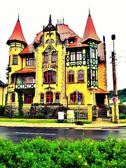 #red #yellow #green Interesting #house they have here.