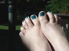 teal toes by Teckelcar