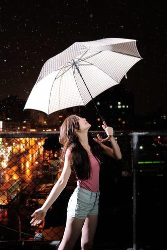 [フリー画像素材] 人物, 女性 - アジア, 人物 - 見上げる, 傘, 台湾人, 雨 ID:201205302200