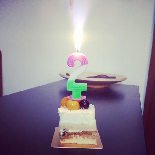 2字头的最后一个生日,一定要演一遍<童话镇>里Emma打包小方蛋糕回家独自一人点亮吹灭蜡烛的戏码