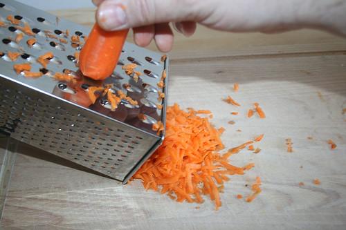 13 - Möhren raspeln / Crate carrots