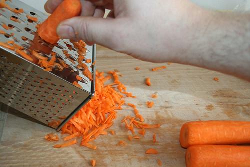 15 - Möhren raspeln / Grate carrots