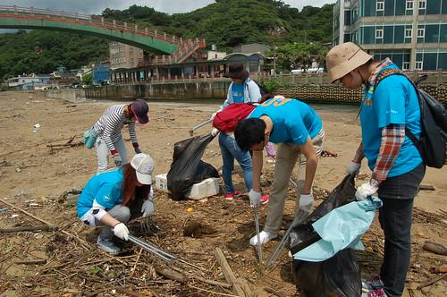 4/26 企業志工聯手將國聖埔海灘上的海洋廢棄物進行清理。