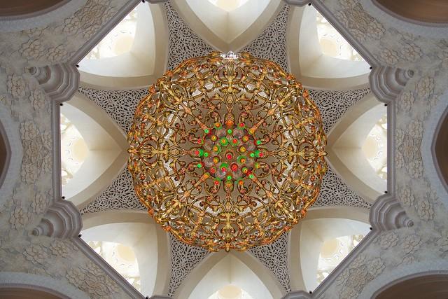 Lámpara de Swarovski en el interior de la mezquita Sheikh Zayed, Abu Dhabi, Emiratos Árabes Unidos