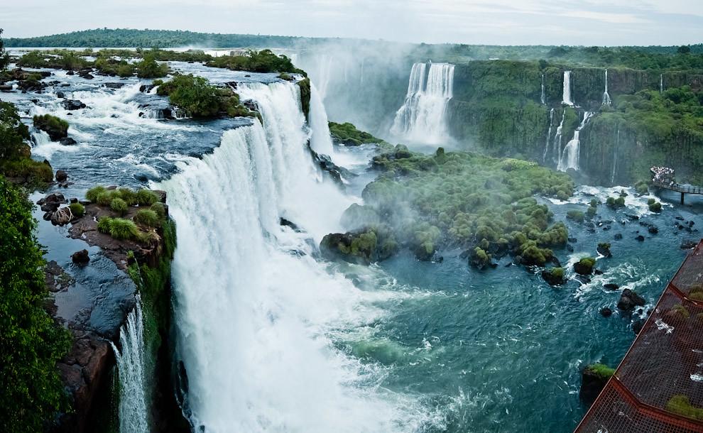 Una vista superior de las cataratas de Iguazú en Foz de Iguazú, durante la mañana del jueves santo, que recibió miles de turistas provenientes de distintas partes del mundo. (Elton Núñez)