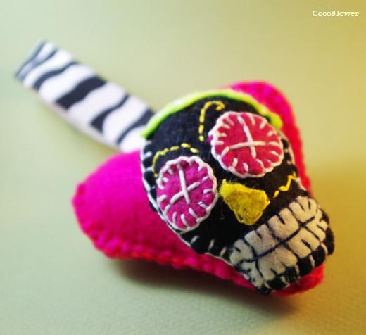 Felt heart skull keychain