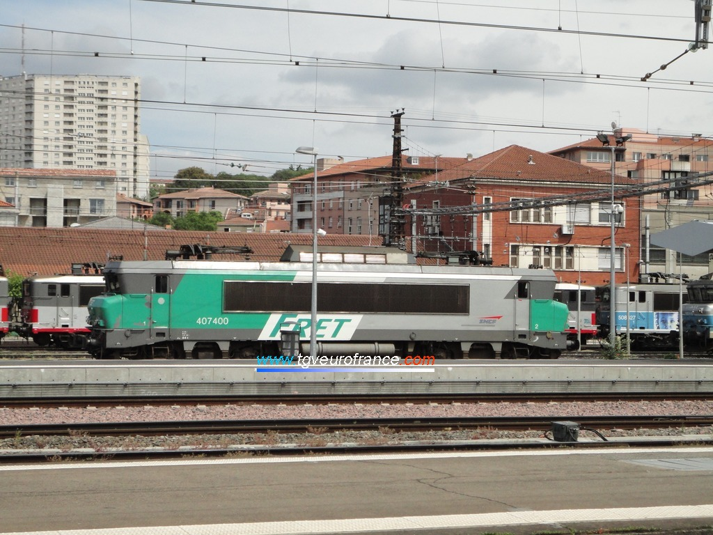 The BB 7400 with the typical FRET SNCF green and white livery in Toulouse