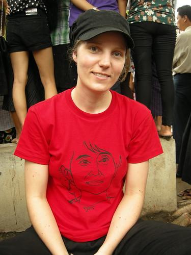 I klädd t-shirten som skulle välkomna Aung San Suu Kyi