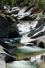 La erosión circular del agua ha esculpido curiosas formas en la roca