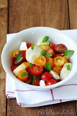 Salade caprese avec mozzarella fumée