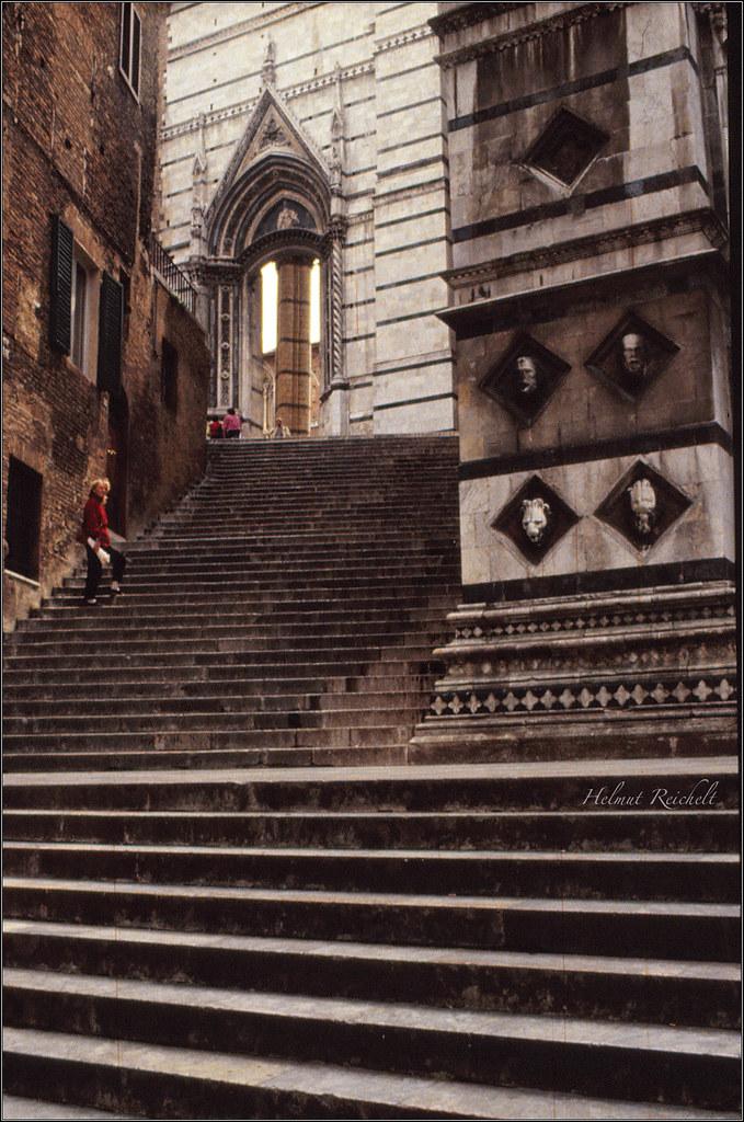 Die Treppe zum Dom - Le scale verso il Duomo