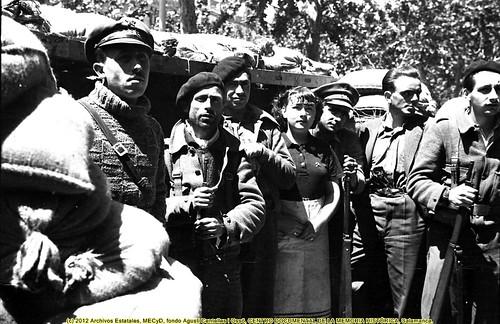 Barcelona, «fets de maig de 1937» grupo de milicianos (posiblemente del POUM)  en una barricada. by Octavi Centelles