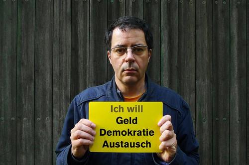 Bildnis des Künstlers mit der Antwort auf die Frage Wie wärs den schön? Geld, Demokratie und Austausch. April 2012