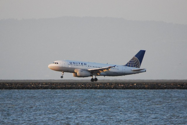 Airbus A319 United new colors touch down.