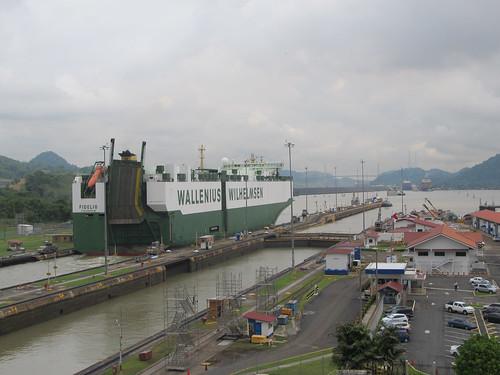 Canal de Panama: ce bateau vient de Suède (Stockholm plus précisément). Regardez bien la taille du bateau par rapport aux voitures et aux bâtiments. Impressionant non ? ;)