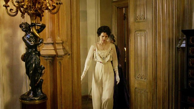 DowntonAbbeyS01E04_Cora_whitesmallflowers