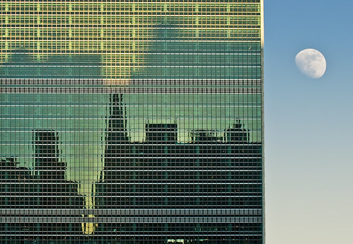 2012曼哈顿悬日时的月亮(Moon over United Nations Building)