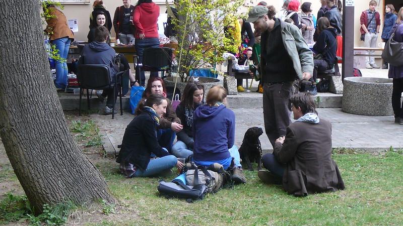 K pohodlnému posezení většině studentů dobře posloužila tráva pod vzrostlými stromy. Foto: Adéla Procházková