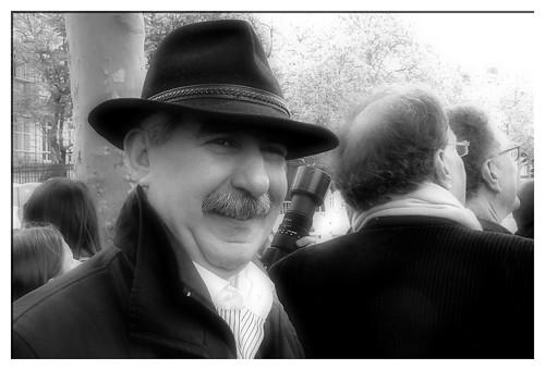 Homme avec chapeau width=