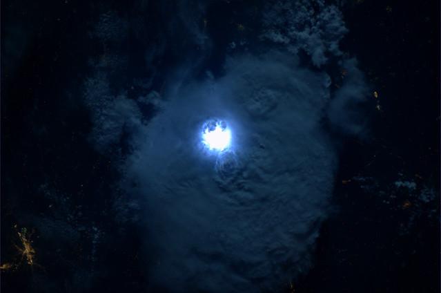Elke nacht passage zijn er vele bliksemflitsen te zien. Deze boven West-Afrika.