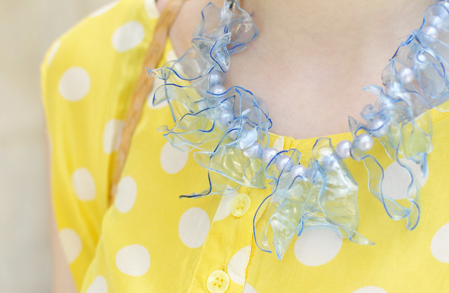 dotted_blouse_diy_necklace