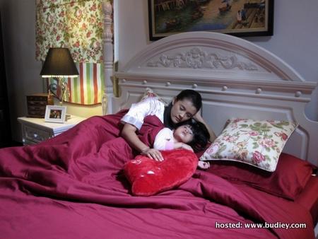 Dania Dan Ibunya, Emelda