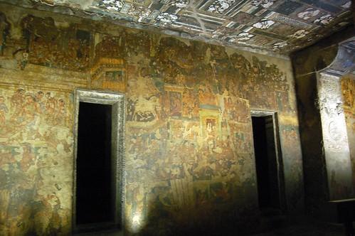 Eine reich verzierte Decke eines Tempels mit Wandmalereien in einer Wand mit zwei Türen