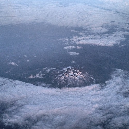 Photo:北海道も激寒かったが、大阪も寒っ!!機窓は岩木山のところだけ雲が割れて見えてた。後は暗くなるまで雲上。まぁ100%雲だった行きよりはマシだった。 By:double-h_by_phone