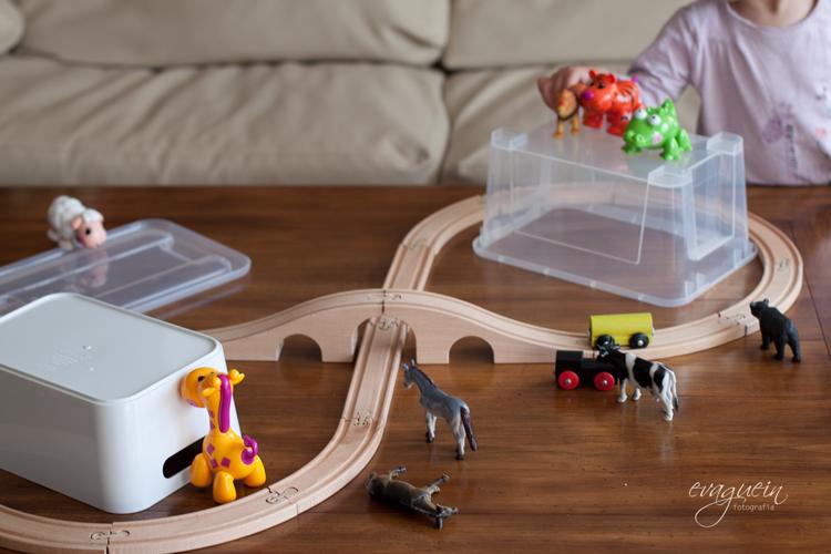 20120530Val-juega-tren-ikea-mesa-salón003-R3BLOG