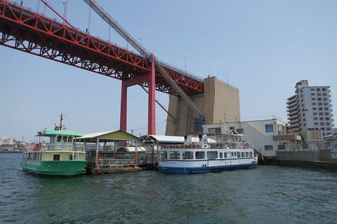 洞海湾の若戸渡船と若戸大橋 若戸渡船と若戸大橋の戸畑橋台。一瞬,橋台から先が途切れているように見