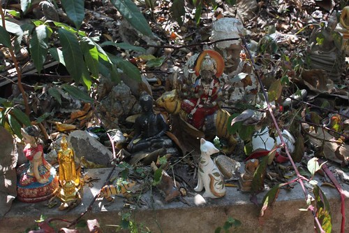 20120121_2290_abandoned-figurines