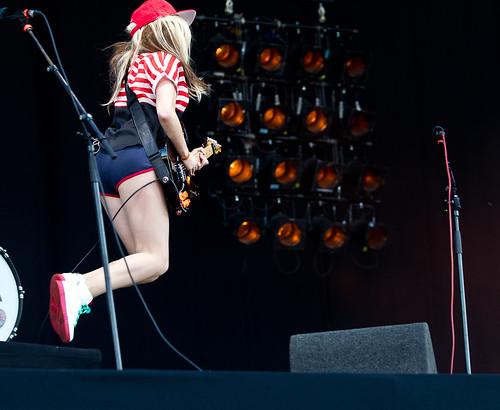Pinkpop 2012 mashup foto - Ting Tings doet een Van Halen