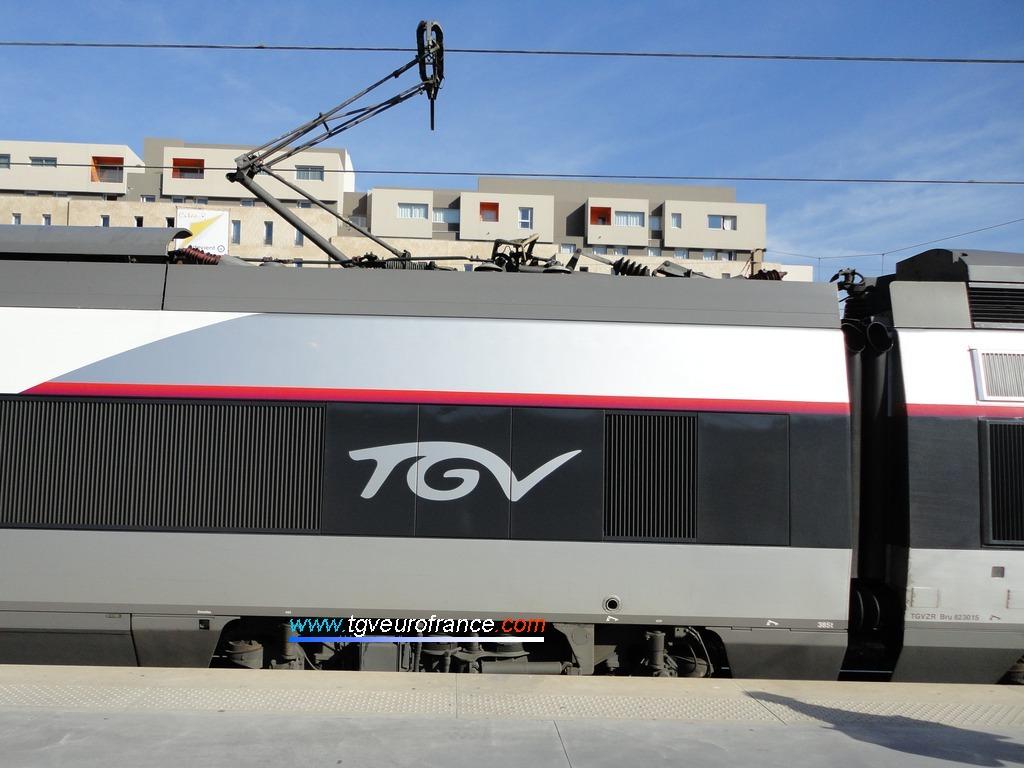 Vue du logo TGV sur l'une des toutes premières rames TGV è arborer la nouvelle livrée des trains à grande vitesse français