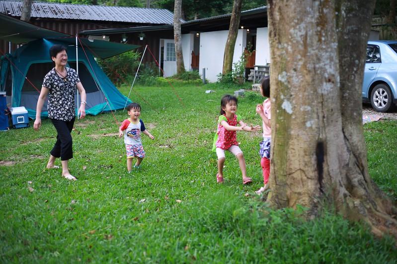 阿嬤和小朋友一起玩