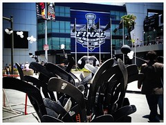 Don't get ice hockey and seems strange in snow-free LA, but good luck to them to tonight #lakings
