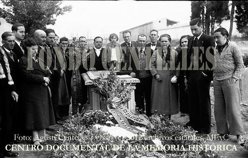"""Cementerio de Huesca, ofrenda floral realizada por la redacción de """"El Diluvio"""" ante la tumba del capitán Fermín Galán. by Octavi Centelles"""