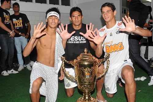 Neymar, Durval e PH Ganso com o troféu do Campeonato Paulista