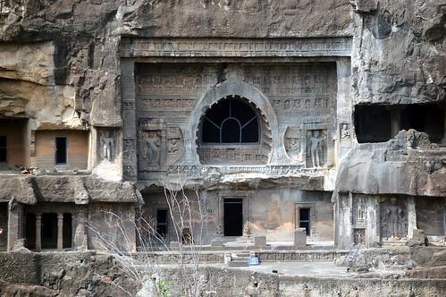 Der Eingang zu einer Versammlungshalle (Chaitya) zeigt, dass die Halle recht hoch ist. An den Seiten bewachen Götterfiguren den Eingang