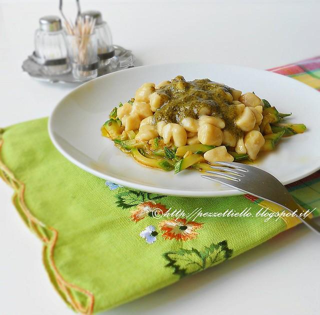 Gnocchetti con farina di ceci al pesto siciliano