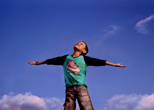 [フリー画像素材] 人物, 子供 - 男の子, 人物 - 見上げる, 深呼吸, インドネシア人 ID:201206190600